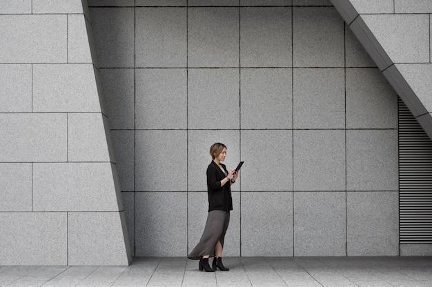 Mulher segurando tablet tiro completo