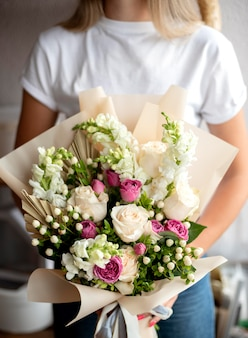 Mulher segurando um buquê de flores de perto