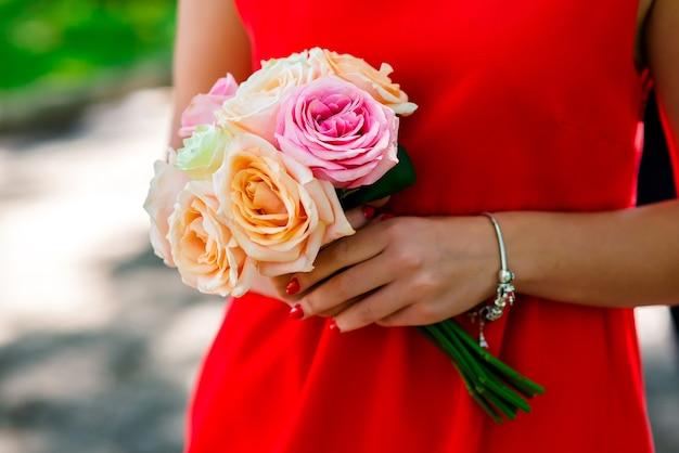 Mulher segurando um buquê de flores nas mãos