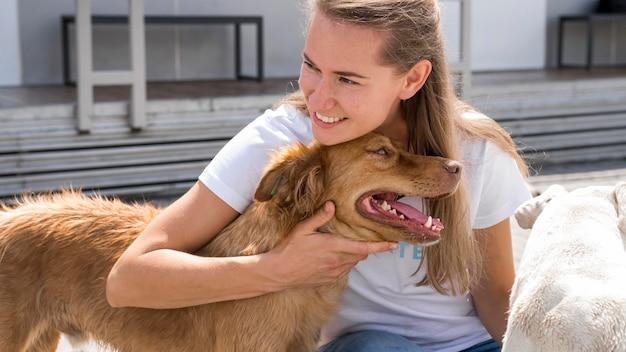 Mulher segurando um cachorro adorável em um abrigo