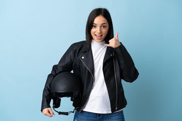 Mulher segurando um capacete de motociclista isolado