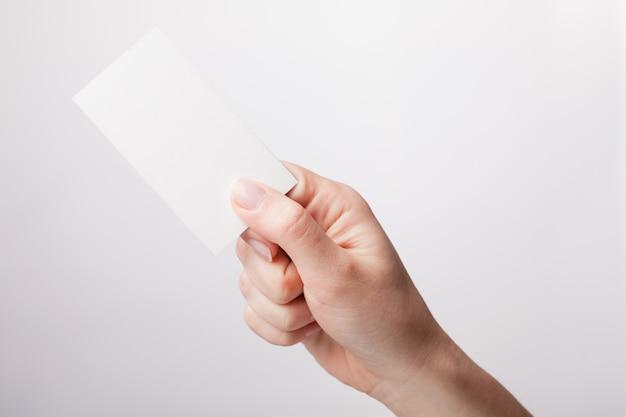 Mulher segurando um cartão branco na mão, close-up