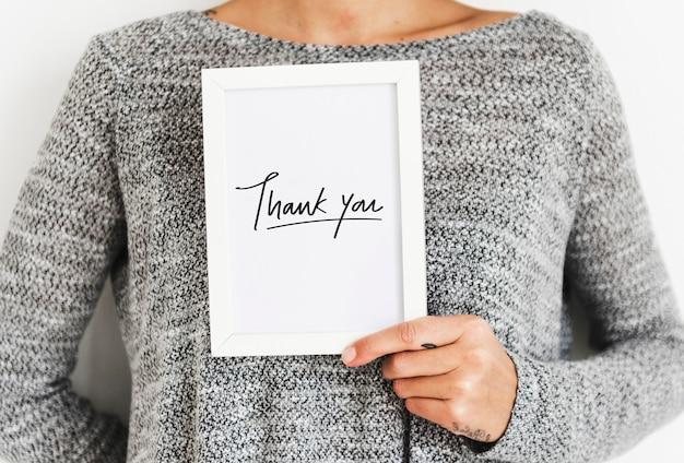 Mulher segurando um cartão de agradecimento