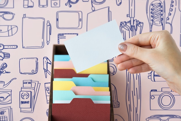 Mulher segurando um cartão de visita em branco