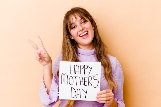 Mulher segurando um cartaz do feliz dia das mães