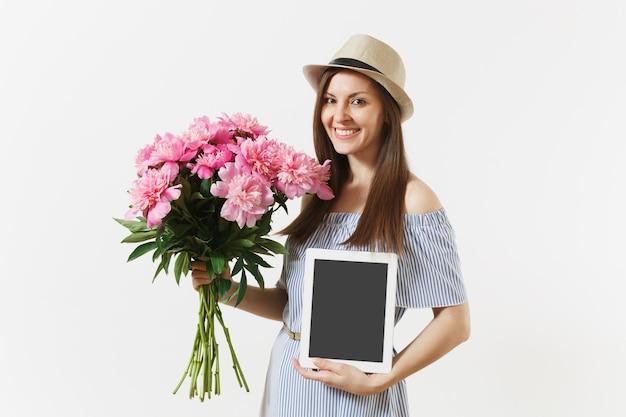 Mulher segurando um computador tablet com uma tela vazia em branco para copiar o espaço, buquê de flores de peônias rosa lindas isoladas no fundo branco. conceito de compras online de entrega de negócios. área de publicidade