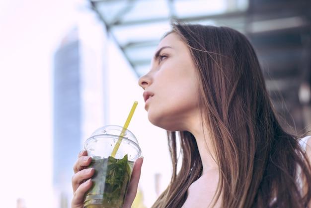 Mulher segurando um copo de bebida