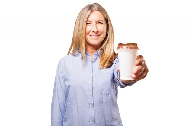 Mulher segurando um copo de café