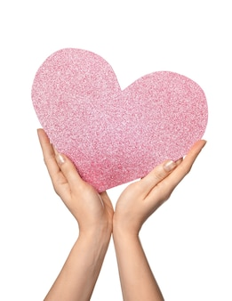Mulher segurando um coração rosa em fundo branco