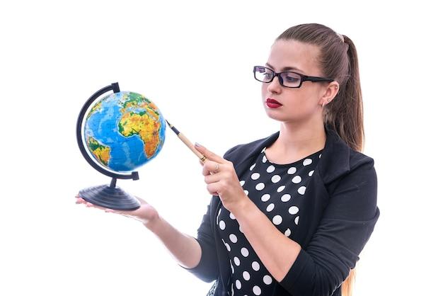 Mulher segurando um globo e apontando para ele, isolado no branco