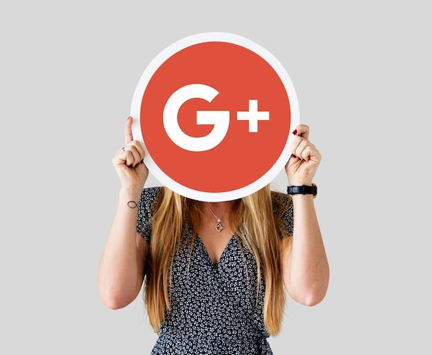Mulher segurando um ícone do google plus