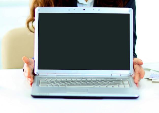 Mulher segurando um laptop.