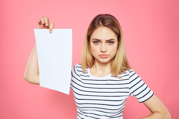 Mulher segurando um lençol branco nas mãos camisetas listradas com emoções isoladas