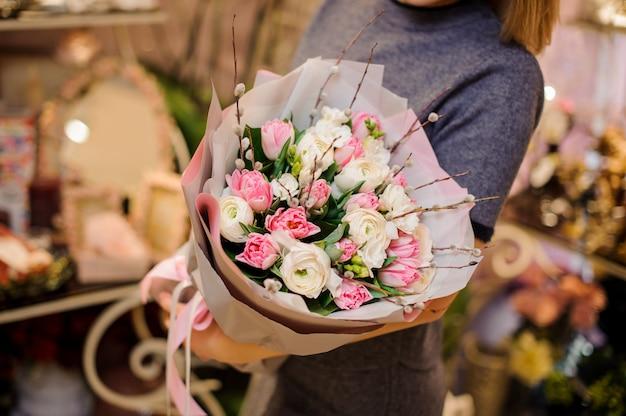Mulher segurando um lindo buquê de flores