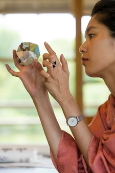 Mulher segurando um objeto de origami