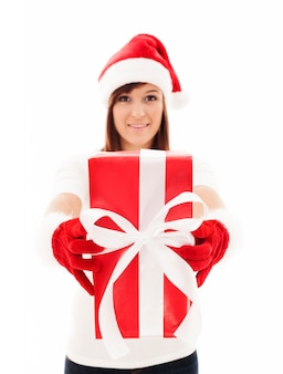Mulher segurando um presente de natal