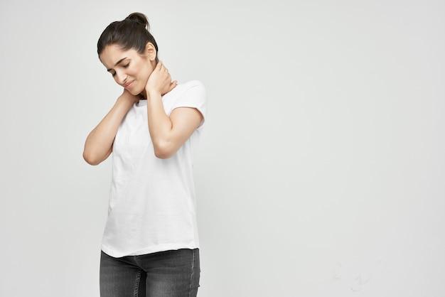 Mulher segurando um remédio para dor no pescoço, um tratamento para enxaqueca