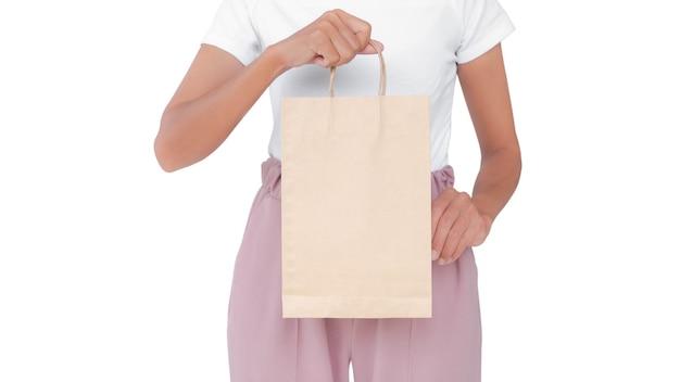 Mulher segurando um saco de papel