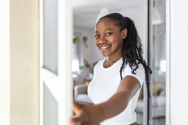 Mulher segurando um suporte retrátil para tela contra insetos dobrável para abrir ou fechar a porta da varanda, mosquiteiros