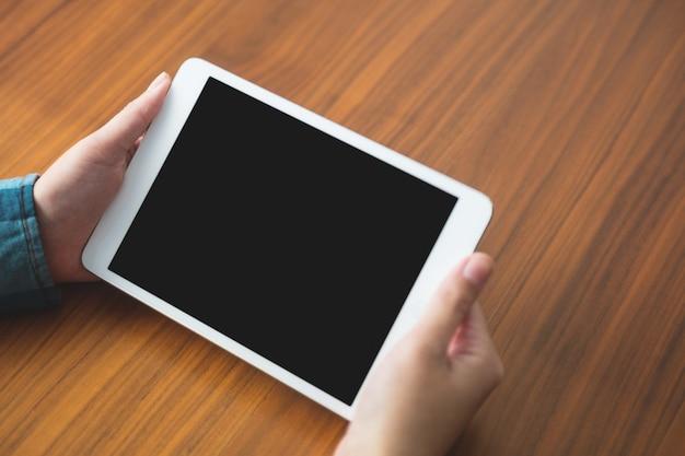 Mulher segurando um tablet digital