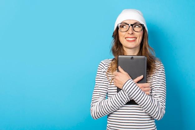 Mulher segurando um tablet nas mãos dela