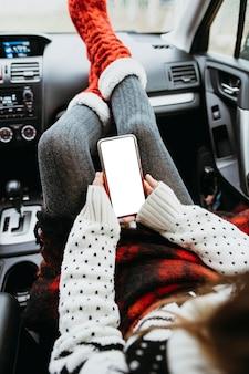 Mulher segurando um telefone vazio