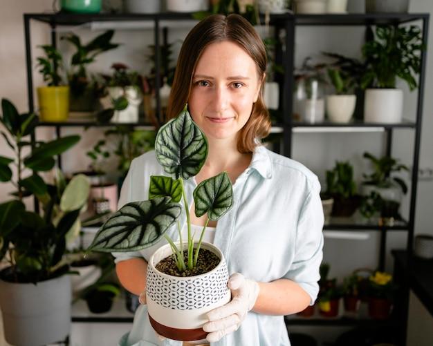 Mulher segurando um vaso de planta