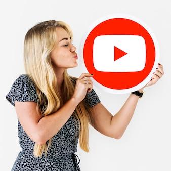 Mulher, segurando, um, youtube, ícone