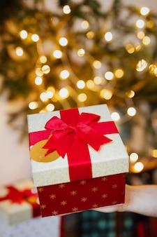 Mulher segurando uma caixa de presente de natal