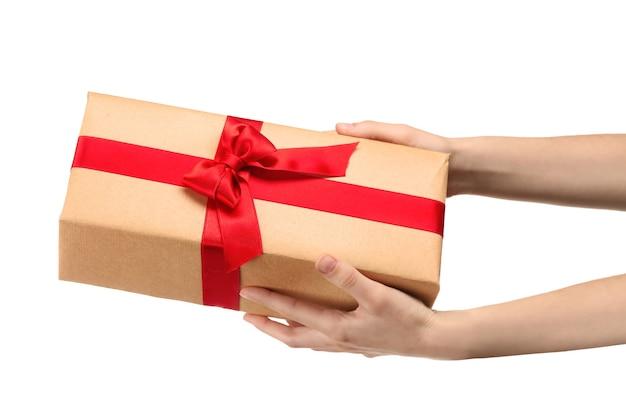 Mulher segurando uma caixa de presente de pacote em fundo branco
