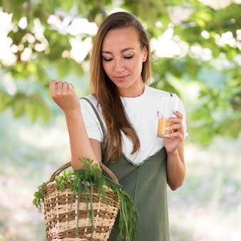 Mulher segurando uma cesta com guloseimas