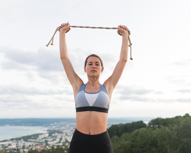 Mulher segurando uma corda na frente