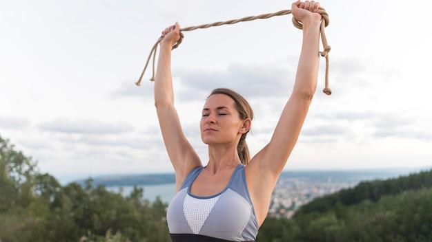 Mulher segurando uma corda