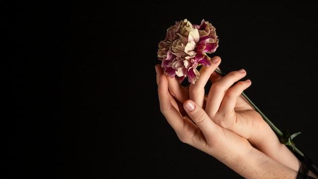 Mulher segurando uma flor