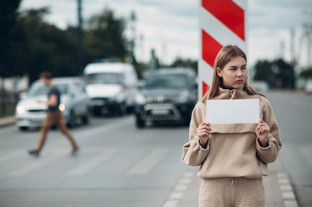 Mulher segurando uma folha de papel branco rotulado palavra depressão na mão.