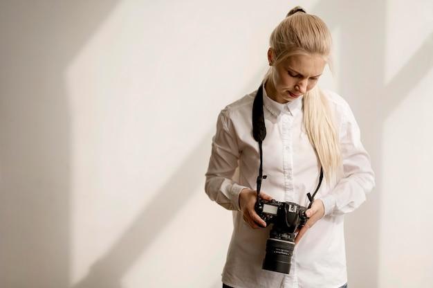 Mulher segurando uma foto de câmera