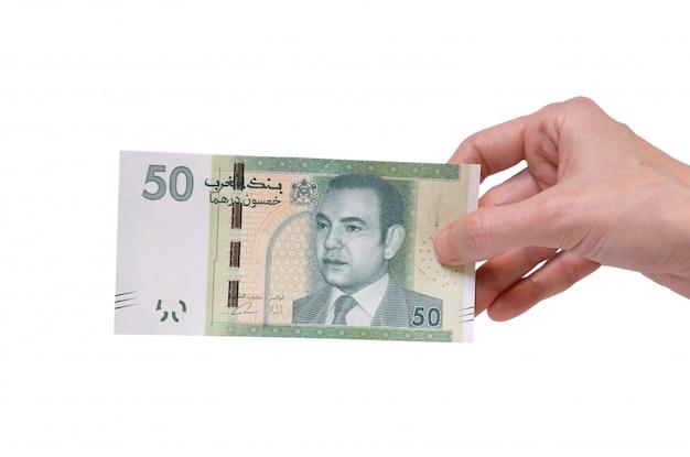 Mulher segurando uma nota de 50 dirham moroccon na mão em um branco