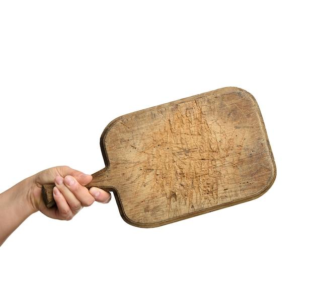 Mulher segurando uma placa de madeira retangular em branco