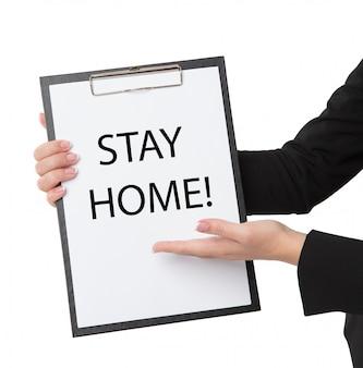 Mulher segurando uma placa dizendo ficar em casa para proteção contra vírus e cuidar de sua saúde de covid-19. ficar em casa conceito.