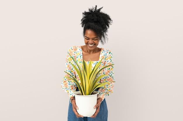 Mulher segurando uma planta de aranha em um vaso