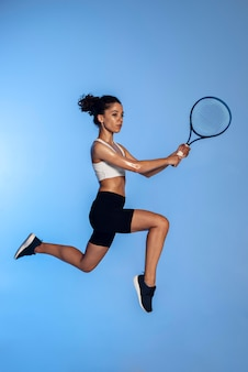 Mulher segurando uma raquete de tênis