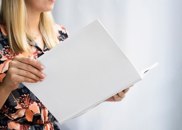 Mulher segurando uma revista de maquete