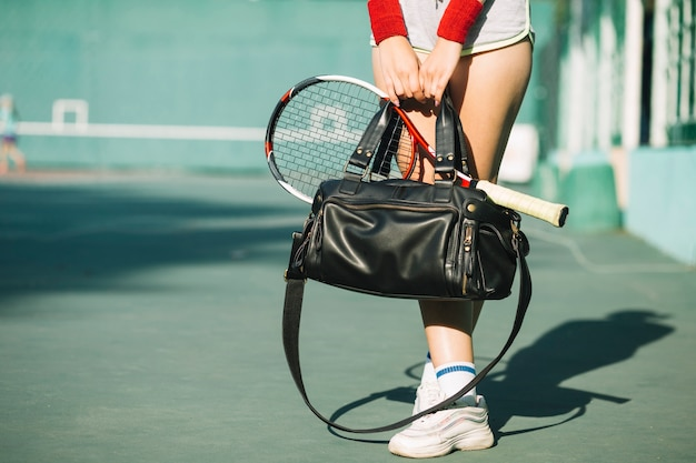 Mulher segurando uma sacola com sportswear