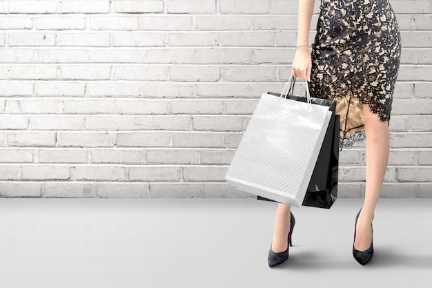 Mulher segurando uma sacola de compras com uma parede
