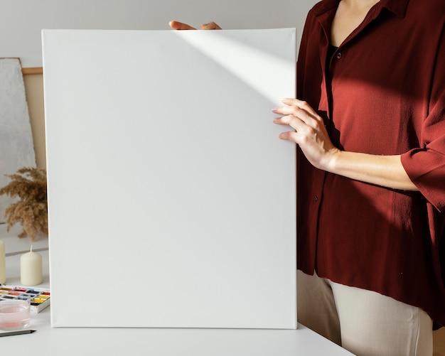 Mulher segurando uma tela em branco