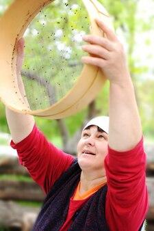 Mulher segurando uma tigela com um pouco de trigo mourisco nele