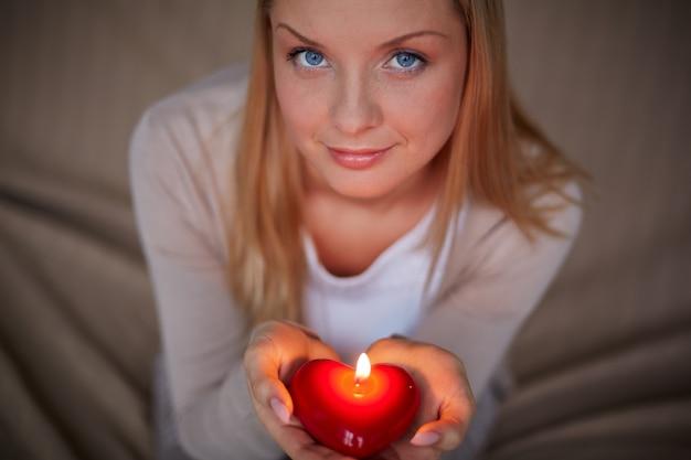 Mulher segurando uma vela