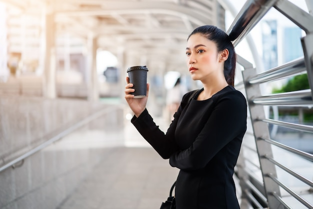 Mulher segurando uma xícara de café