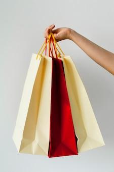 Mulher segurando várias sacolas de compras