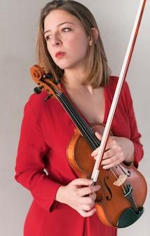 Mulher segurando violino e arco